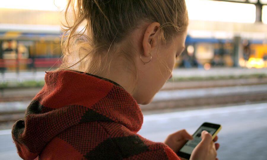 Mujer usando una app en su smartphone